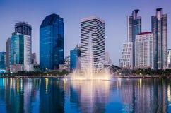 商业大厦在曼谷微明下 免版税库存照片
