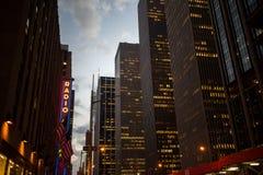 商业大厦在街市曼哈顿,纽约 免版税图库摄影
