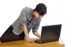商业她的看起来严重的妇女的膝上型&# 免版税图库摄影