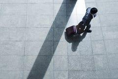 商业对人立场手提箱行程负无法认出 免版税库存图片