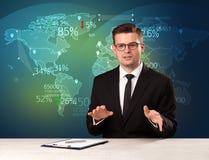 商业市场分析家是演播室报告与地图概念的世界贸易新闻 免版税库存图片
