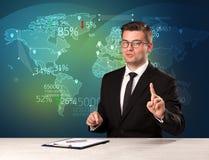 商业市场分析家是演播室报告与地图概念的世界贸易新闻 库存照片