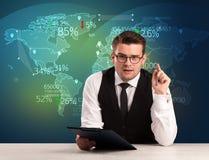 商业市场分析家是演播室报告世界贸易新闻与 免版税库存图片