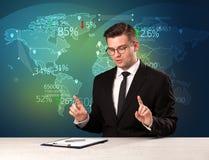 商业市场分析家是演播室报告世界贸易新闻与 免版税库存照片