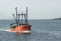 商业性捕鱼船在新贝德福德外面harb的北欧海盗力量 库存照片