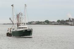 商业性捕鱼船Zibet在新贝德福德外面港口 免版税库存图片