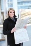 商业报纸读取妇女 库存照片