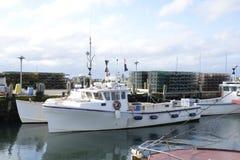 商业捕鱼业小船和龙虾陷井 库存照片