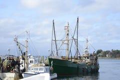 商业捕鱼业小船在港口 免版税图库摄影