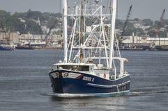 商业捕鱼业小船小鸟P 向外去在Acushnet河 库存照片