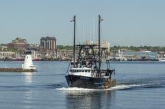 商业捕鱼业小船离开新贝德福德的孔迪镇 图库摄影