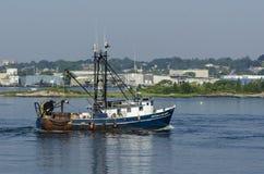 商业捕鱼业小船通过帕尔默海岛的Alyssa &扎卡里 免版税库存照片