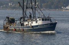 商业捕鱼业小船Alyssa &扎卡里在朦胧的夏天早晨 库存图片