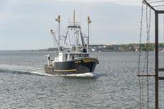 商业捕鱼业返回到口岸的小船智慧 免版税库存图片