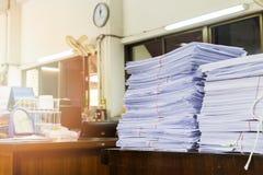 商业文件在书桌上堆积 免版税库存图片