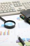 商业文件、笔、放大镜和个人组织者有键盘的 免版税库存照片