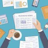 商业新闻 拿着一个报纸和咖啡杯在桌面上的商人 免版税库存照片