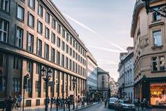 商业街在布拉格的历史的中心有大小组的 免版税库存照片