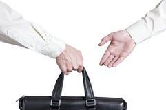 商业转移成交 一个手提箱的移交金钱伙伴的 免版税库存照片