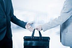 商业转移 手提箱的移交成为伙伴 免版税库存图片