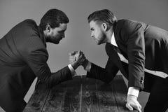 商业领袖的交锋 衣服的与紧张的面孔的人或商人竞争 库存图片