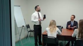 商业领袖解释新的战略对他的队 影视素材