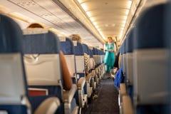 商业飞机内部有乘客的他们的在飞行期间的位子的 库存照片
