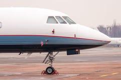 商业飞机,企业喷气机关闭在机场在机场 免版税库存图片