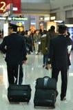 商业飞行员在机场终端 图库摄影
