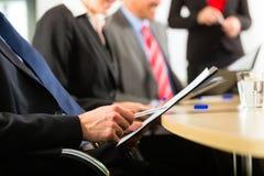商业-买卖人、会议和介绍在办公室 免版税库存图片