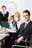 商业-买卖人、会议和介绍在办公室 免版税库存照片