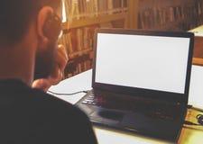 商业他的膝上型计算机人运作的年轻人 免版税库存图片