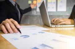 商业主管对同事的点图介绍  免版税图库摄影
