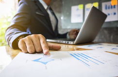 商业主管对同事的点图介绍  免版税库存照片