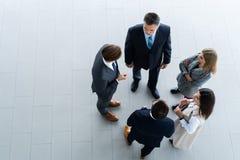 商人、业务会议和配合顶视图  库存照片