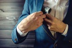 商人、成员或者官员在他的口袋投入贿款 库存图片