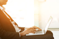 商人、膝上型计算机和日落 库存图片