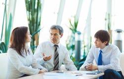 商人一次严肃的会议在办公室 讨论和 免版税库存照片