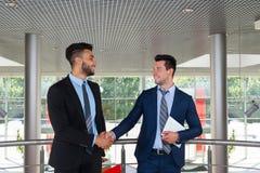商人上司手震动欢迎姿态,商人握手报名参加合同现代办公室 免版税库存图片