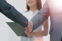 商人与一名co工作者握手在办公室 免版税库存图片