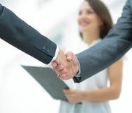 商人与一名co工作者握手在办公室 库存照片