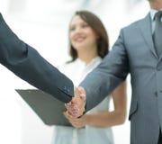 商人与一名co工作者握手在办公室 免版税图库摄影