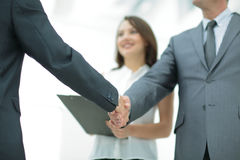 商人与一名co工作者握手在办公室 图库摄影