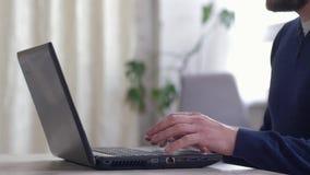 商人与互联网,键入的文本自由职业者特写镜头的男性手一起使用在键盘的 股票视频