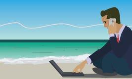 商人与便携式计算机一起使用和谈话在海滩的电话 免版税库存照片