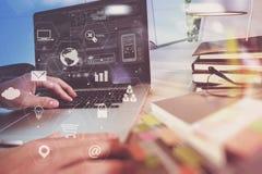 商人与便携式计算机和书和文件o一起使用 库存图片