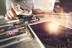商人与便携式计算机和文件一起使用在木 库存照片