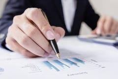 商人与图表数据一起使用在办公室,财务经理分配,概念事务和投资 免版税库存图片