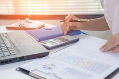 商人与图表数据一起使用在办公室,财务经理分配,概念事务和财务投资 库存图片