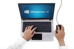 商人与在笔记本的窗口10一起使用 免版税图库摄影